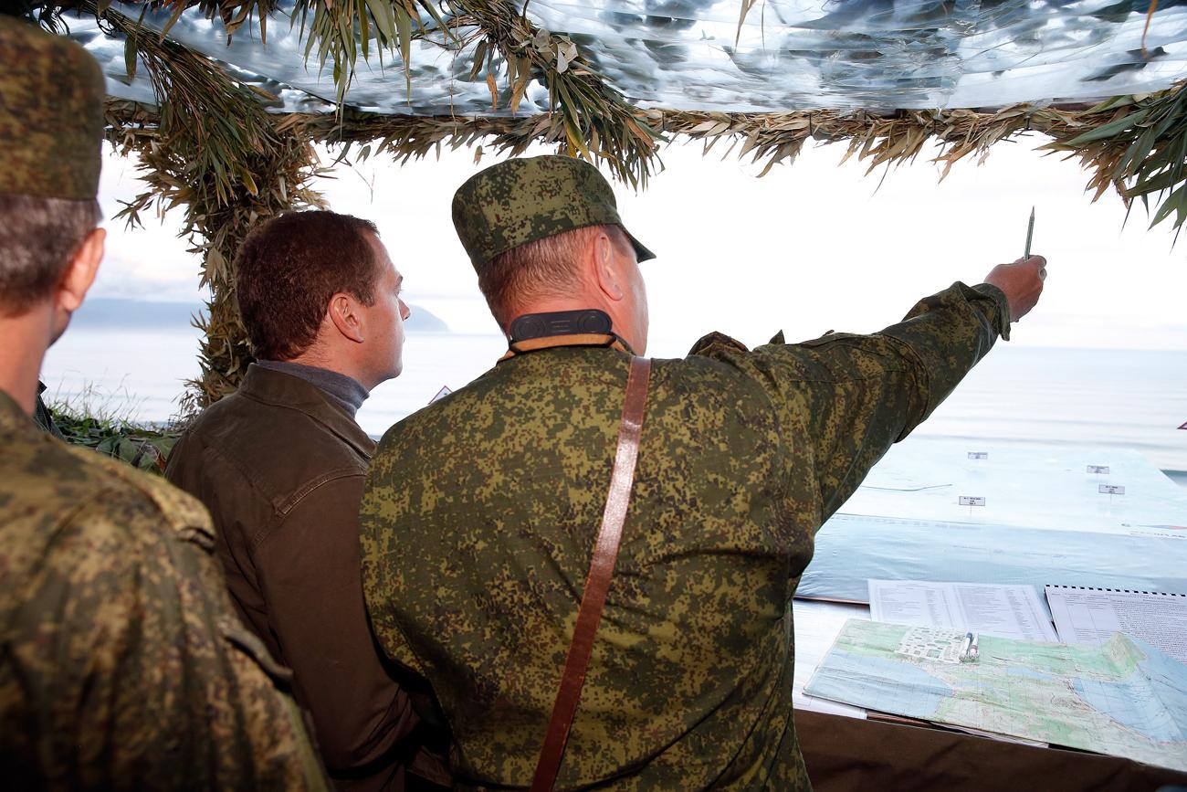 El primer ministro ruso Dmitri Medévdev vista la isla de Iturup, en las Kuriles.