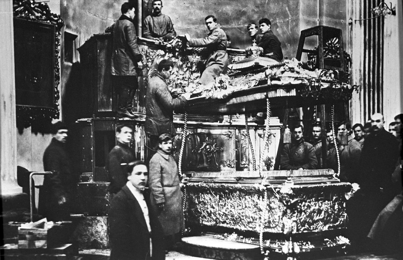 Ouverture du cercueil contenant des reliques du Saint Alexandre Nevski.  Reproduction. Crédit: Archive Central d'Etat de films, photos et documents photographiques de l'URSS / Karl Bulla / RIA Novosti