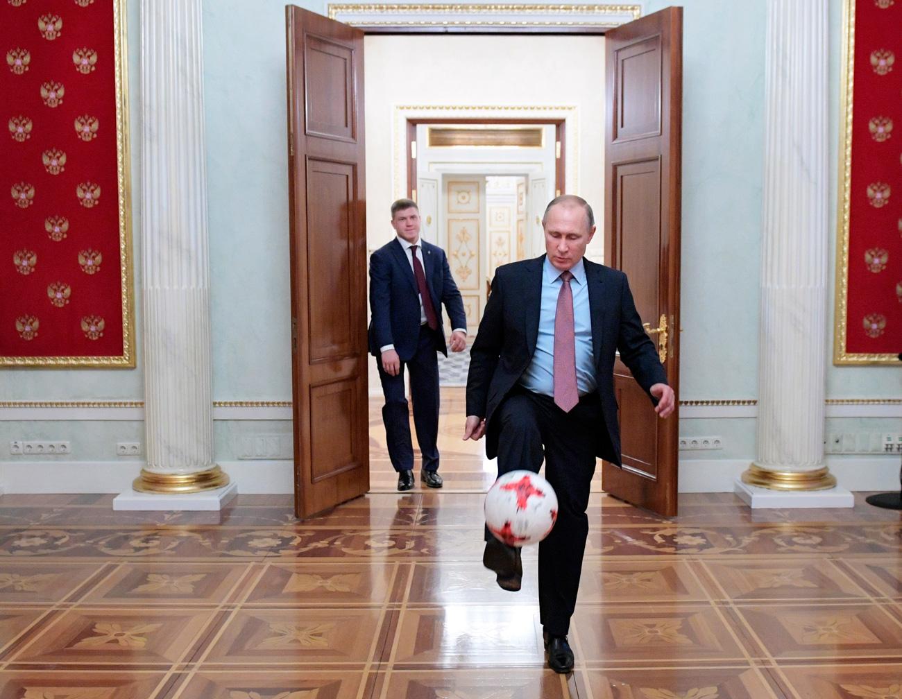 El presidente ruso juega al fútbol con un balón oficial dela Copa Confederaciones FIFA 2017, que le entregó el presidente de la FIF Gianni Infantino, tras un encuentro que ambos mantuvieron en el Kremlin.