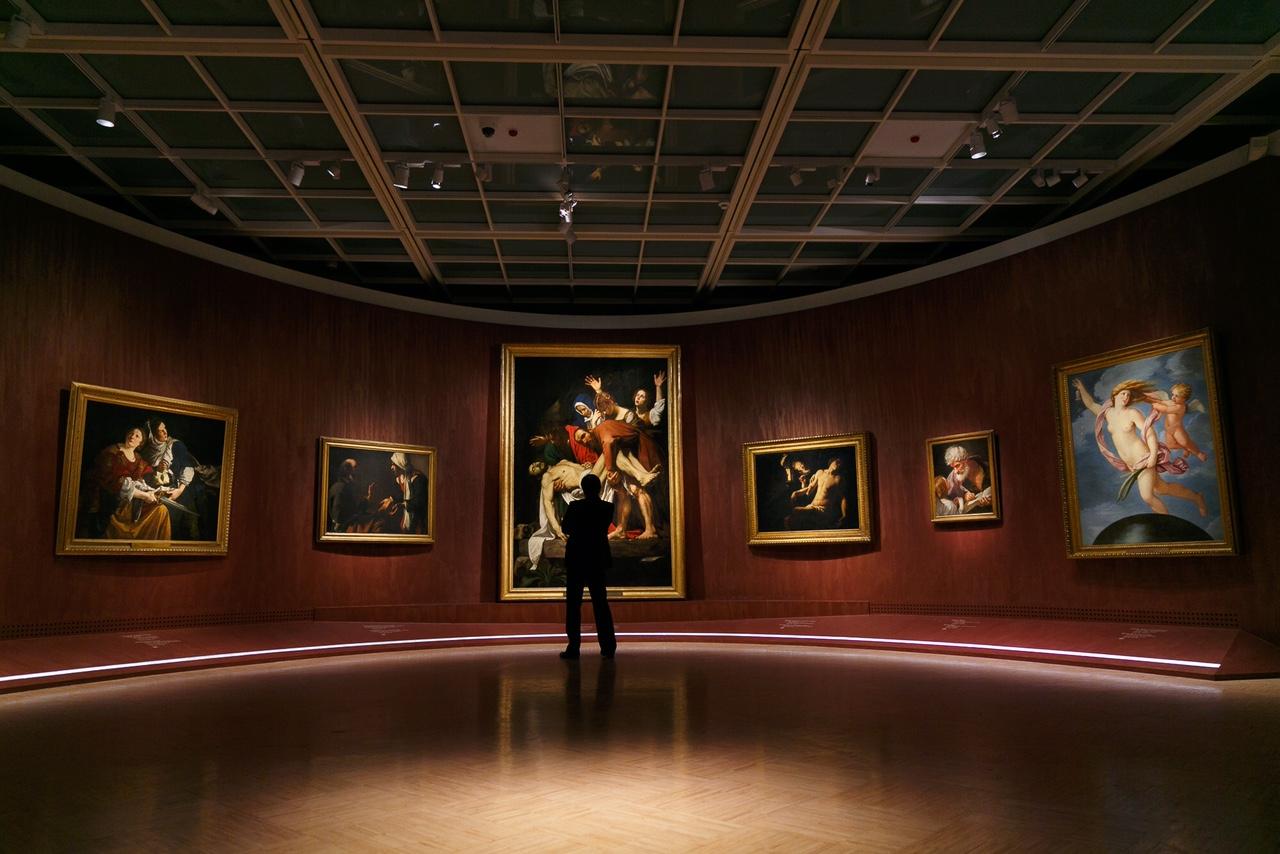 Una delle sale della galleria dove sono esposte le tele dei Musei Vaticani.