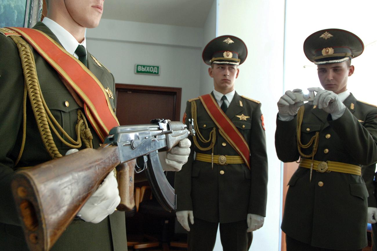 Primeiro modelo de AK-47 em exibição durante evento que marcou 60 anos do famoso rifle Foto: Grigóri Sisoiev/TASS