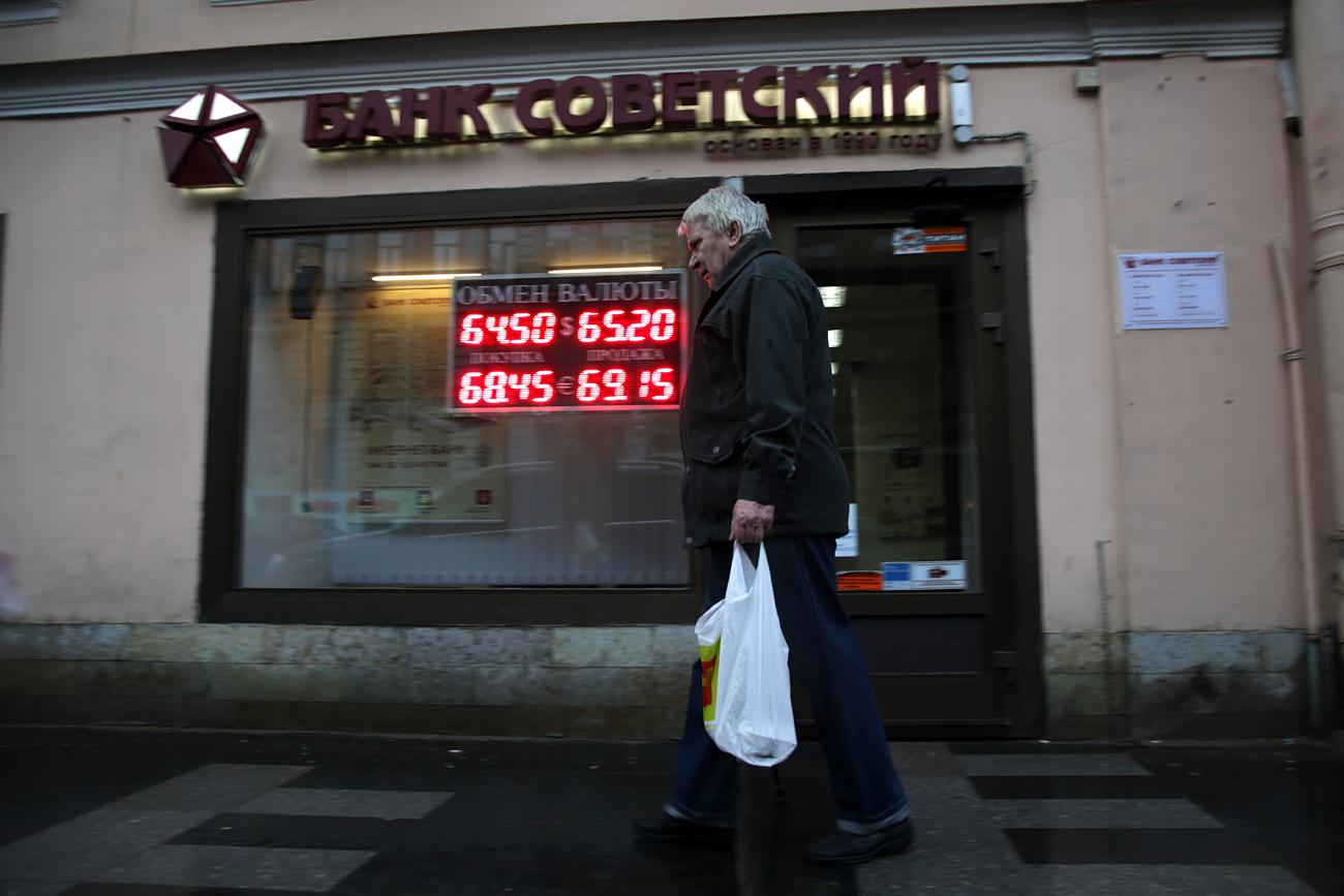 """Cambio valuta nella banca """"Sovetskij""""."""