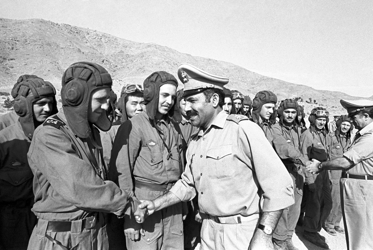 Soviet and Afghan soldiers' farewell in 1980.