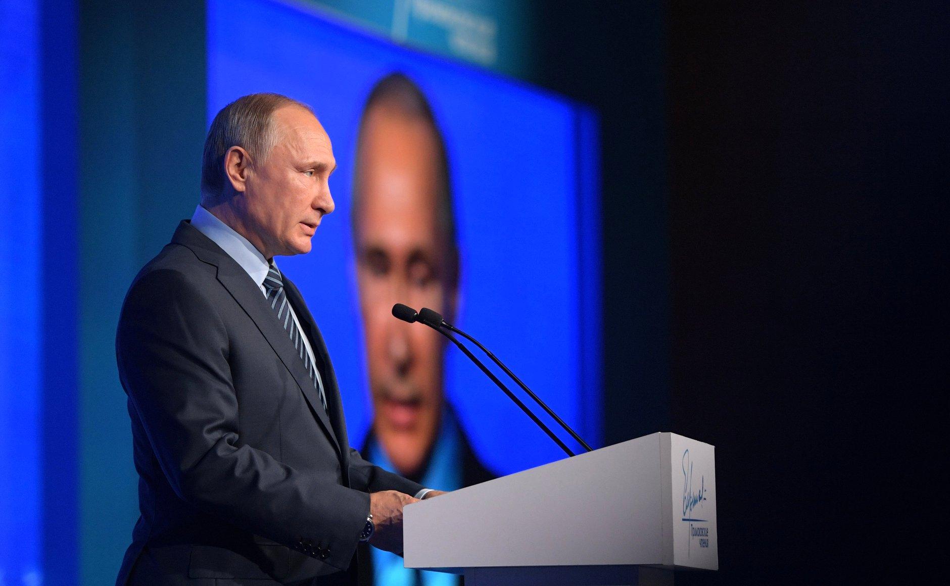 Presiden Putin menegaskan bahawa Rusia berkomitmen untuk membangun sebuah sistem hubungan internasional yang stabil di abad ke-21.