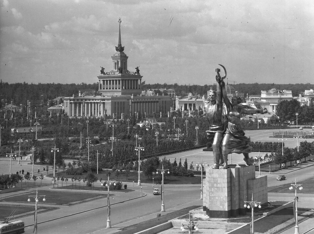 In 1935 Moscow saw the birth of the VDNKh exhibition park with its eclectic mix of monumental Stalinist architecture and a full range of historical styles ranging from Gothic to Art Nouveau. The monument that became symbolic of VDNKh is