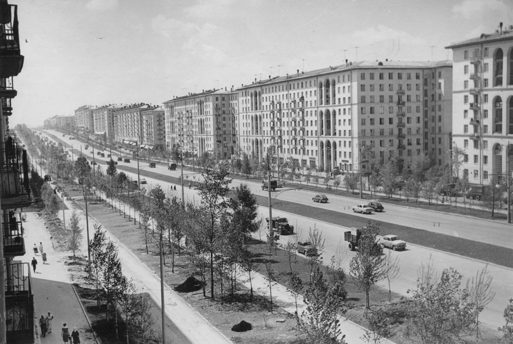 The Stalinki or Stalinist apartment blocks housed the elite. They were built from the end of the Thirties to the mid-Fifties, predominantly in the neo-classical style, and their principal characteristic was a sense of space and enormous size. But behind the grand facade lurked room partitions made from poor-grade materials that have deteriorated over time, as well as wooden overhangs between storeys. // Leninsky prospect, Moscow, 1950s