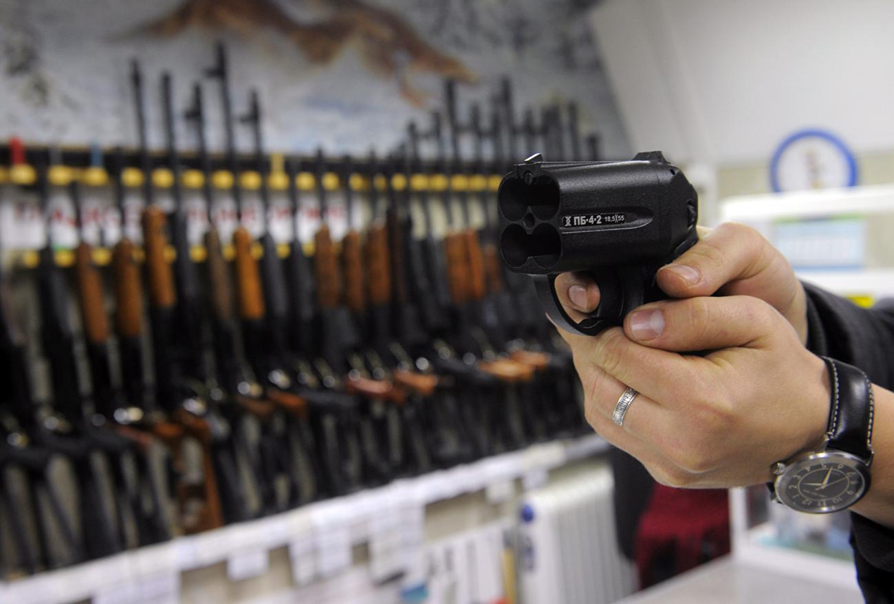 """Купувач пробва пистолет """"Оса"""" в оръжеен магазин в Москва."""