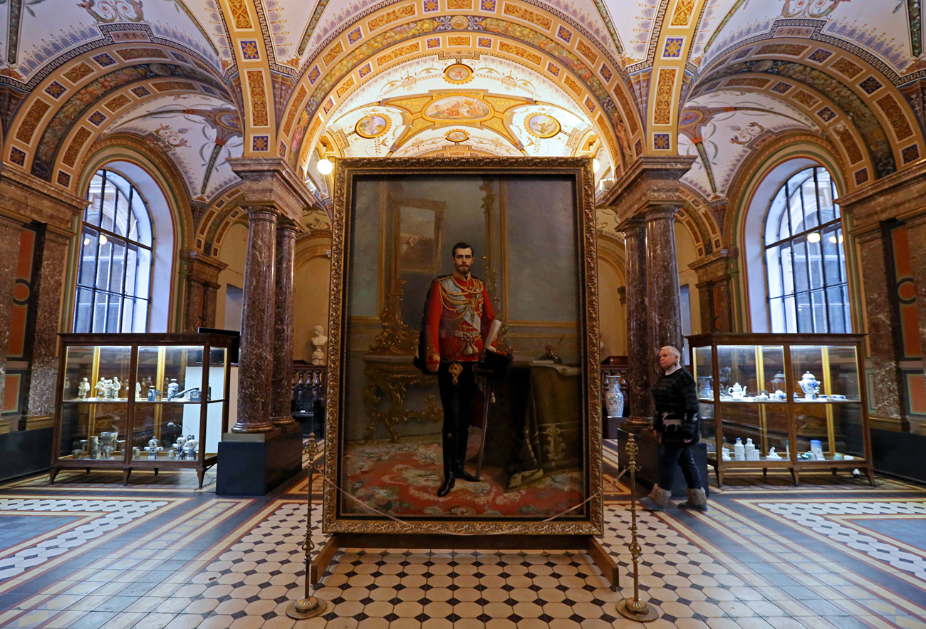 Двојниот портрет на Николај II и Владимир Ленин на презентацијата во Музејот на применета уметност во на санктпетербуршката академија Штиглиц. Царот Николај II (1896) е насликан во годината на неговото крунисување од страна на портретистот И. Галкин. Во 1924 година, уметникот В. Измајлович добил нарачка за постхумен портрет на Ленин, кој тој го насликал на задната страна на портретот на царот, премачкувајќи го со црн гваш. 1 декември 2016, Санкт Петербург, Русија.