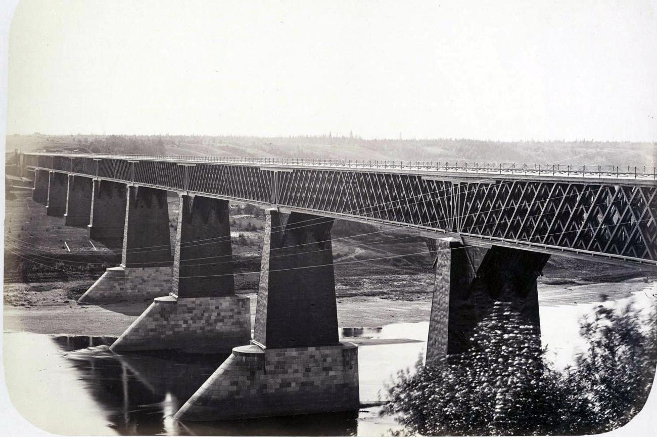 Die Brücke über den Fluss Msta im Nowgoroder Gebiet wird noch heute vom Schnellzug Sapsan auf seiner Fahrt zwischen Moskau und Sankt Petersburg überquert. Archivbild.