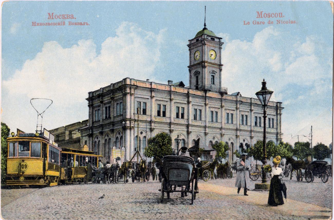 Der Nikolai-Bahnhof in Sankt Petersburg auf einer Postkarte aus vorrevolutionärer Zeit.