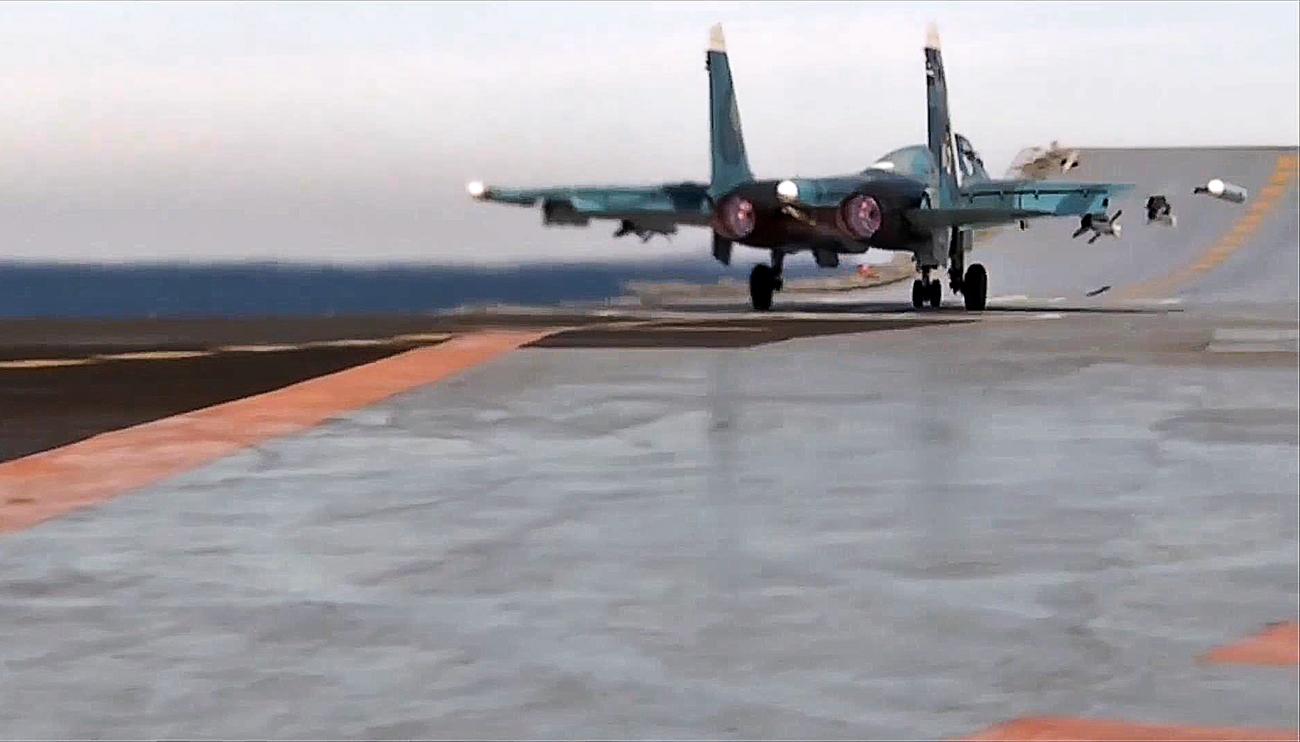 Pesawat tempur Sukhoi Su-33 Rusia bersiap untuk lepas landas dari atas dek kapal induk Laksamana Kuznetsov untuk melancarkan serangan terhadap kelompok teroris ISIS di Suriah.
