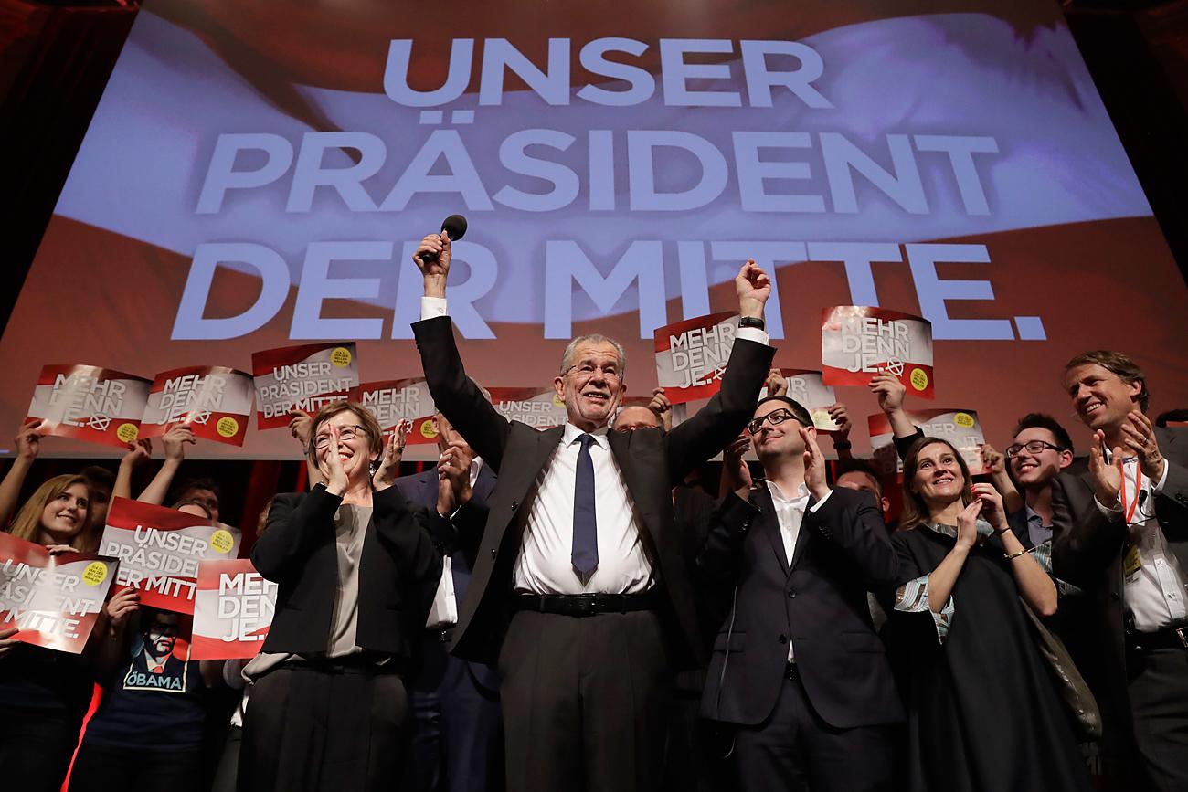 Predsedniški kandidat Aleksander Van der Bellen, nekdanji vodilni član stranke Zelenih, v avstrijski prestolnici Dunaju praznuje s svojimi podporniki, ko je 4. decembra 2016 postalo jasno, da bo bodoči avstrijski predsednik.