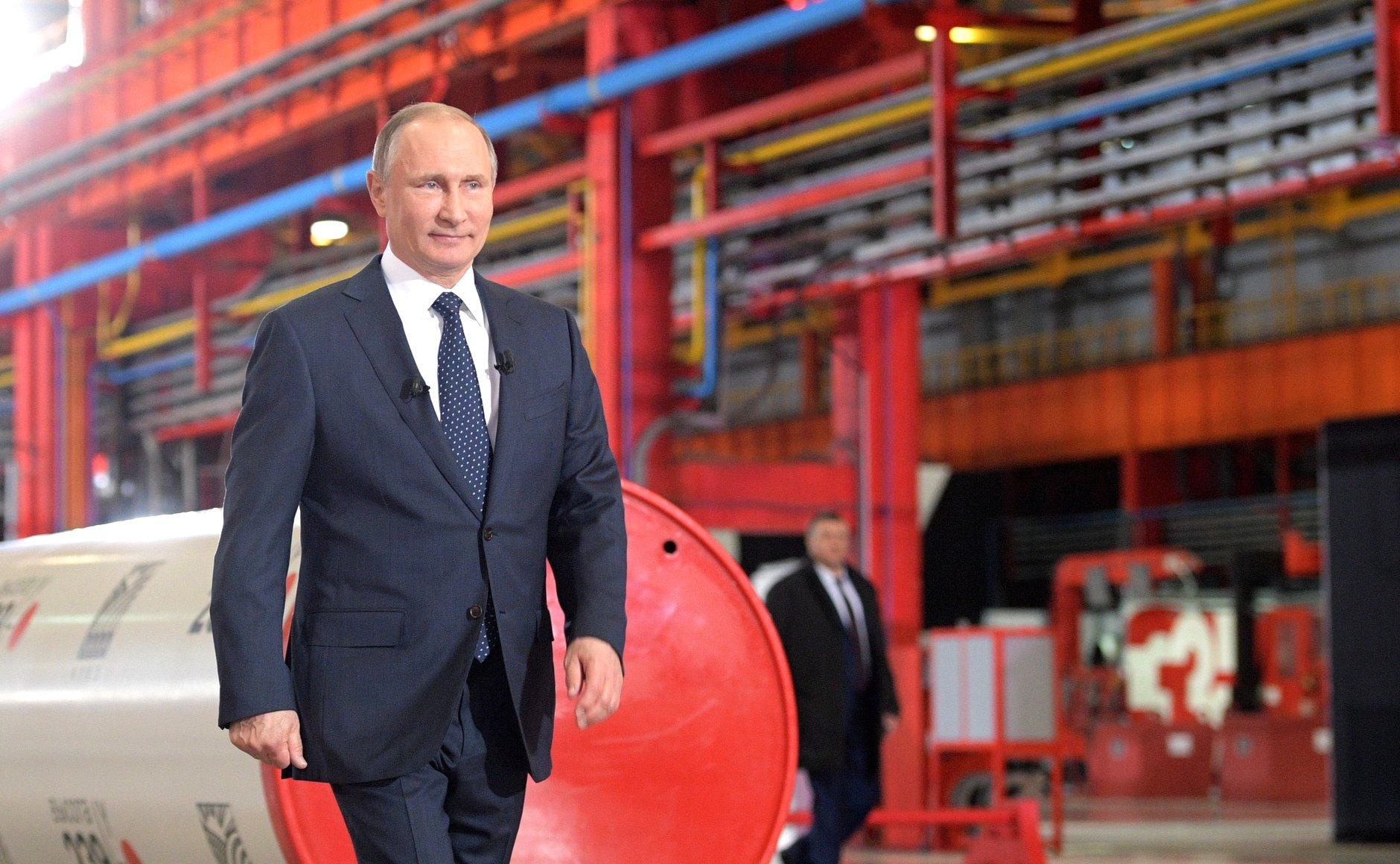 Presiden Rusia Vladimir Putin  mengunjungi pabrik pipa ETERNO di Chelyabinsk.
