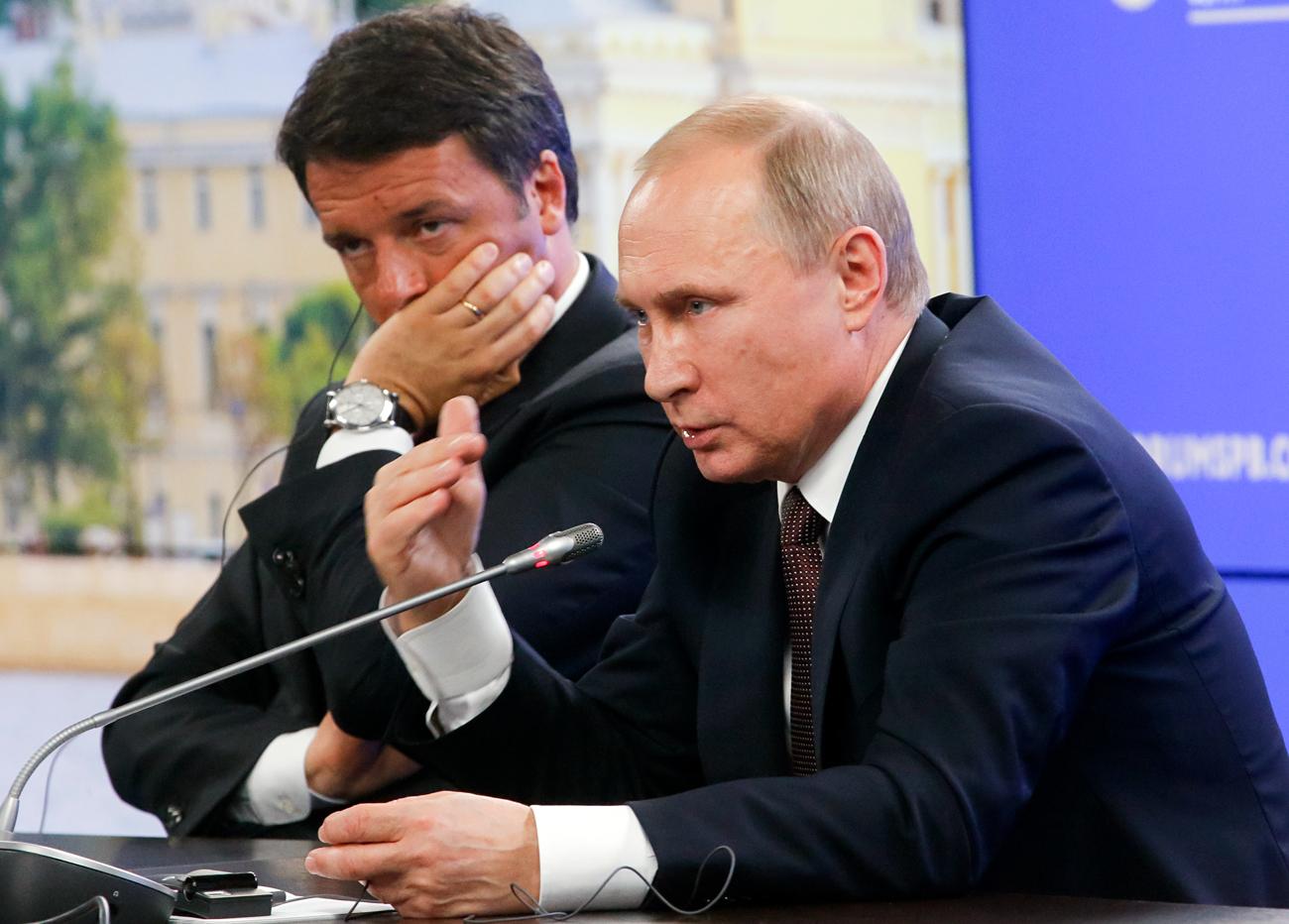 Il Presidente russo Vladimir Putin e il premier dimissionario Matteo Renzi al Forum economico di San Pietroburgo.