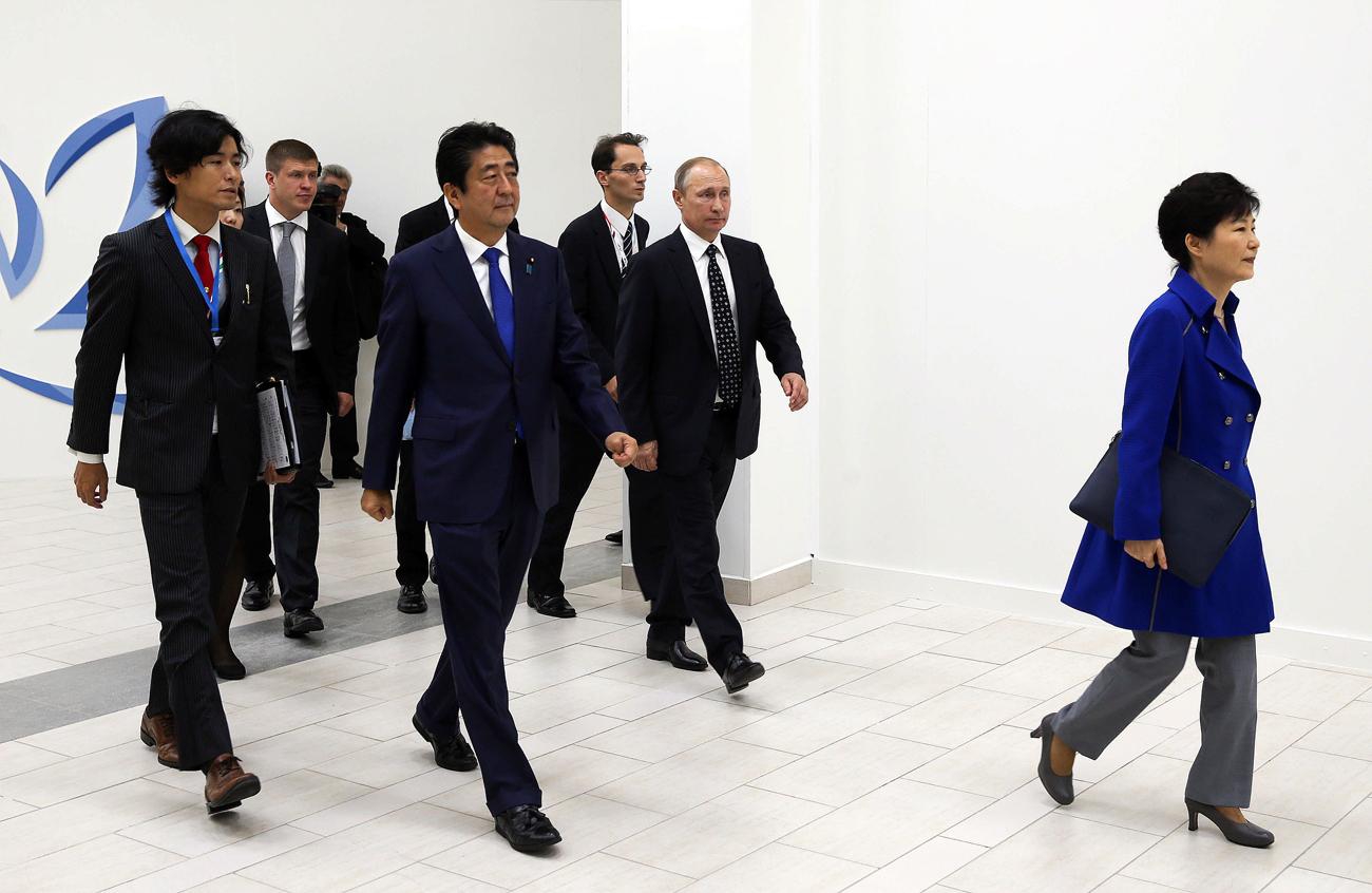Plenarna sjednica na Istočnom gospodarskom forumu 2016. godine s ruskim predsjednikom, Vladimirom Putinom i japanskim predsjednikom, Shinzom Abeom.
