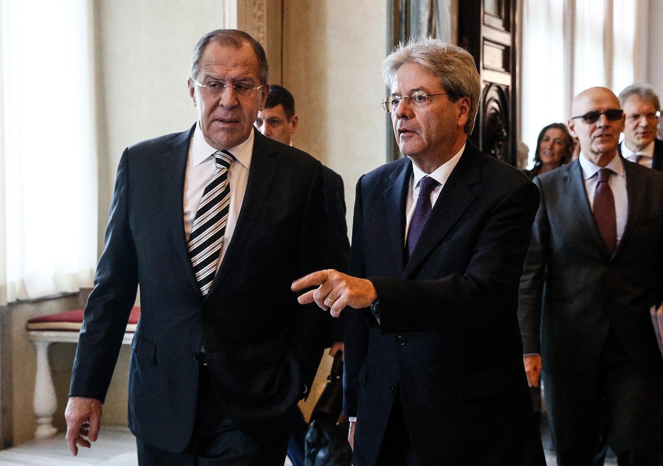 Il ministro degli Esteri russo Sergej Lavrov, a sinistra, con il ministro degli Esteri italiano Paolo Gentiloni.