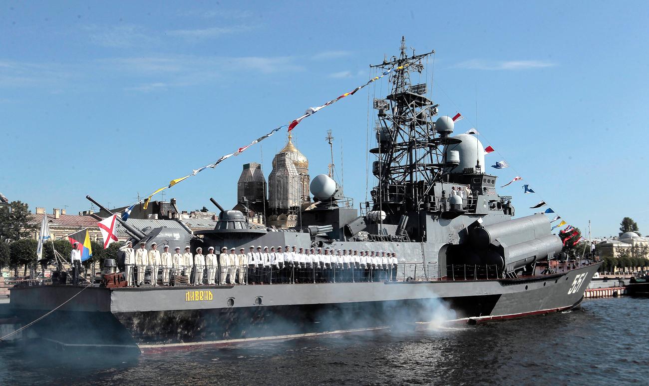 """Малкият ракетен кораб """"Ливен"""" по Нева."""