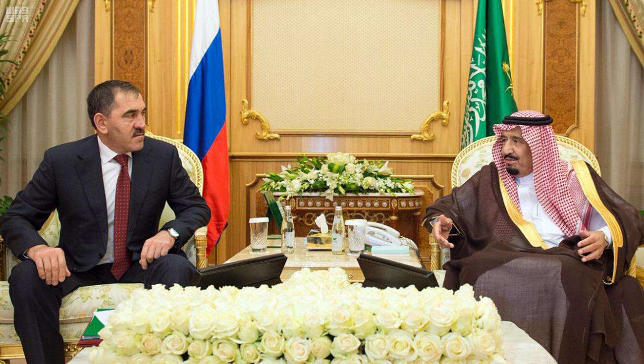 Pemimpin Republik Ingushetia Yunus-Bek Yevkurov (kiri) dalam kunjungannya ke Saudi Arabia.