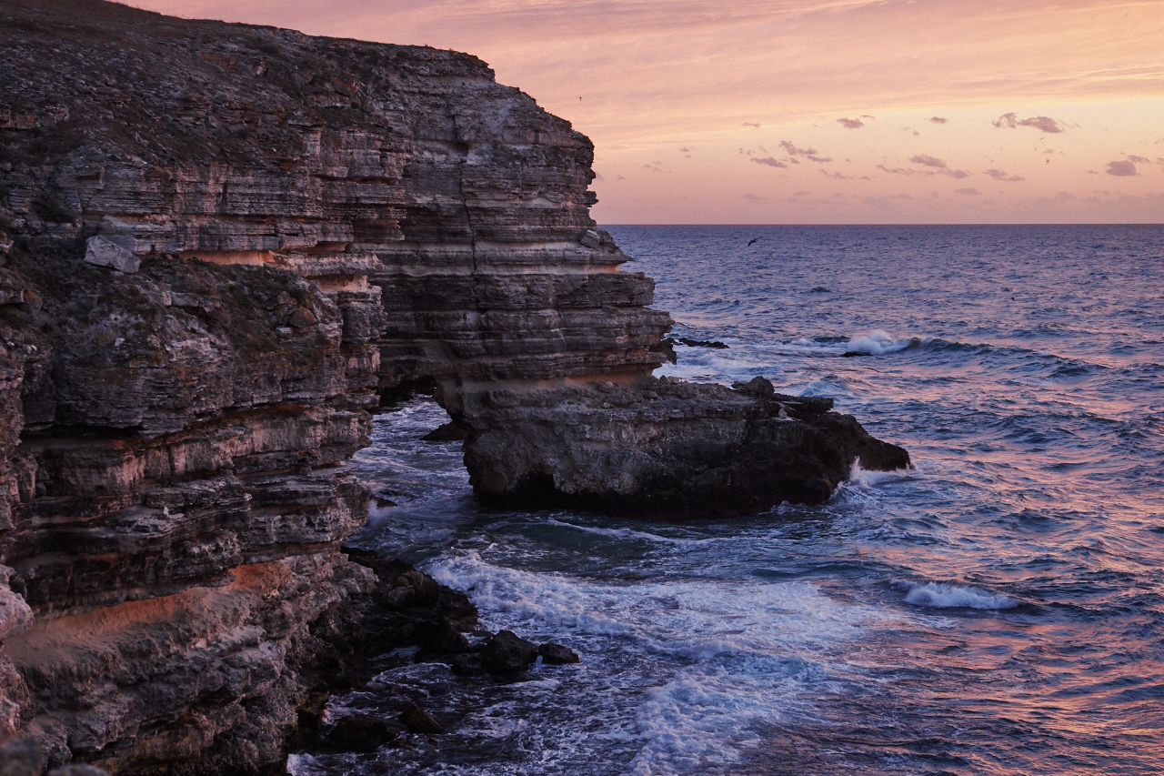 Der Sommer auf der Krim ist heiß, die Sonne brennt unerträglich. Dafür ist Winter viel milder als in den nördlichen Teilen Russlands. Im November beginnt die beste Zeit für eine Tour auf der Schwarzmeer-Halbinsel. Nach der Hauptsaison und abseits ausgetretener Pfade haben Urlauber die Möglichkeit, sich in unberührte Natur zurückzuziehen.
