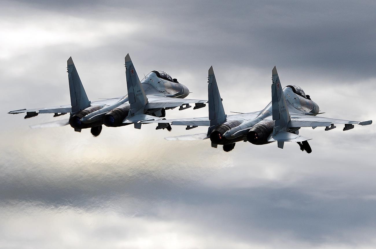 Jet tempur multiguna Su-30SM milik tim aerobatik Rusia, Falcons, selma pameran dirgantara di Pangkalan Udara Kubinka, pada ARMY 2016.