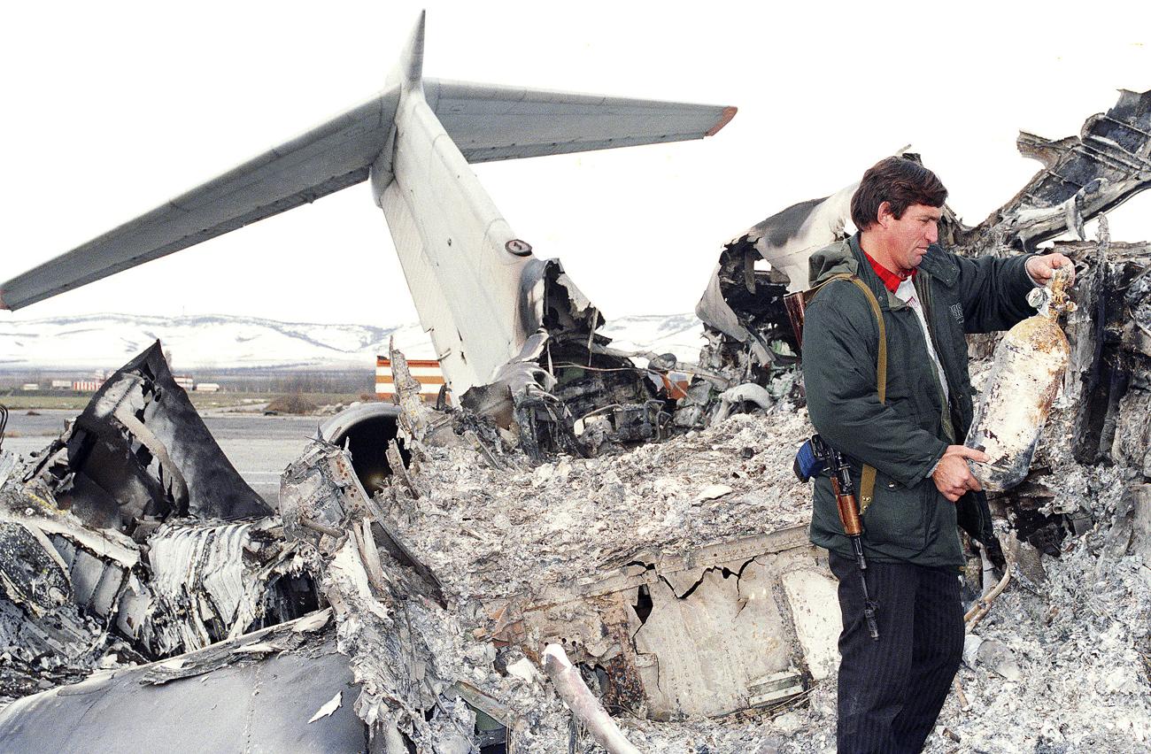 Останки на унищожения граждански самолет Ту-134 до летището в Грозни, 30 ноември 1994 г.