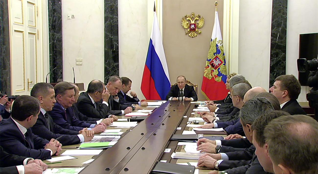 La firma della nuova dottrina. Fonte: Kremlin.Ru