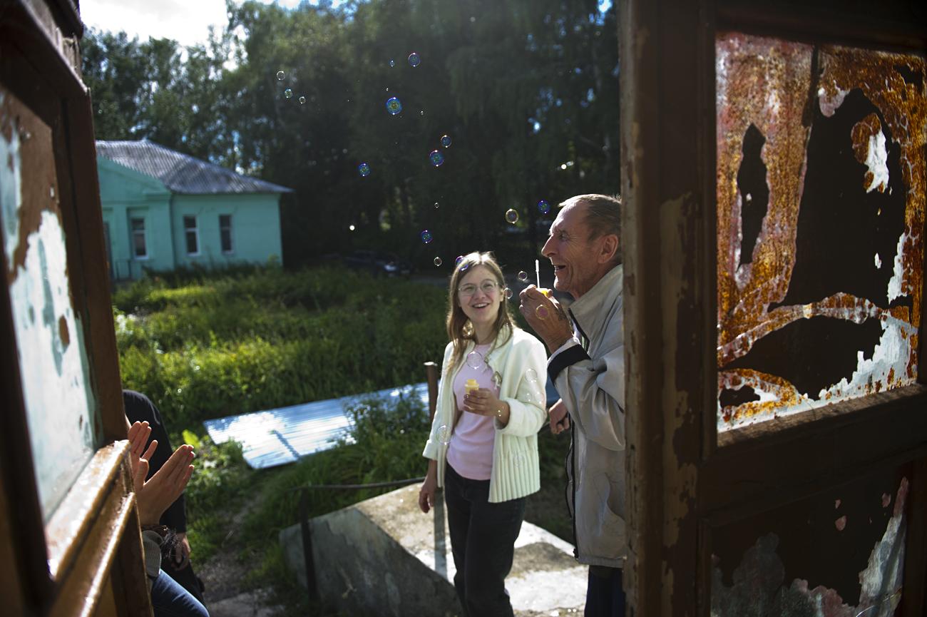 """Membros da """"Terceira Idade Feliz"""" em visita à casa de repouso integrada à iniciativa"""