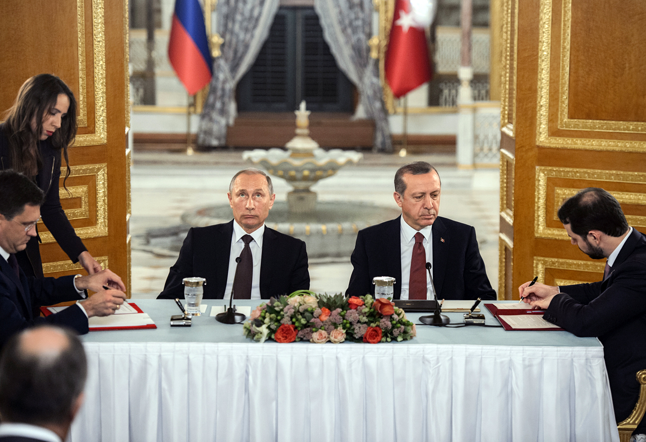 Russia still maintains the ban on some Turkish exports, and the visa regime introduced for Turkish citizens has not been abolished yet. Photo: President Putin's visit to Turkey.