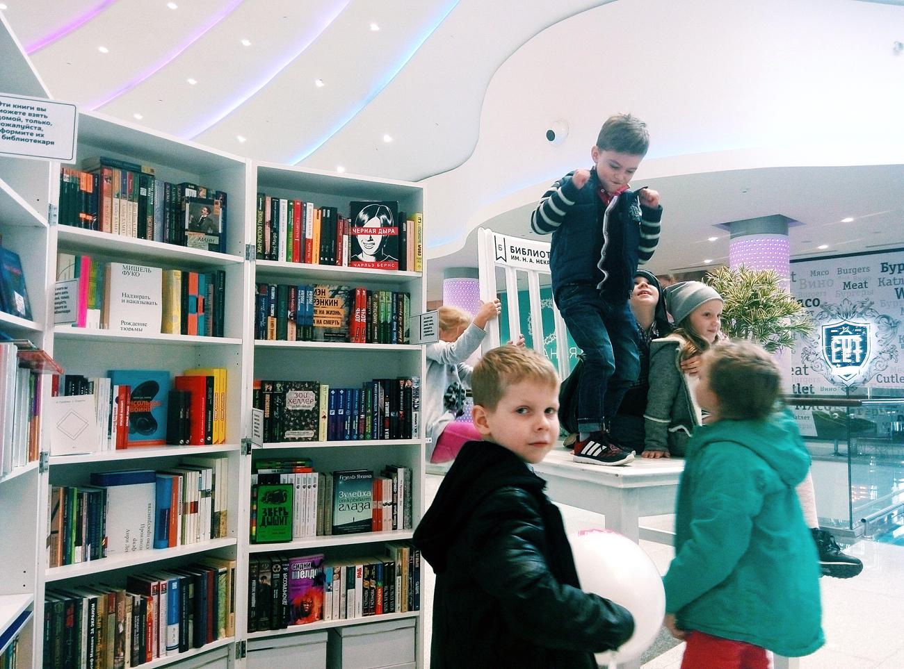 In un affollato centro commerciale di Mosca ora esiste anche un'isola di tranquillità e di libri.