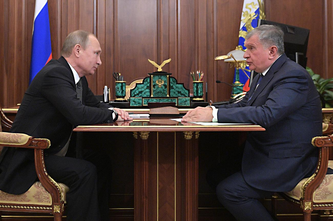 Cataríes y suizos compran el 19,5% de la mayor petrolera del país. Vladímir Putin con Ígor Sechin.