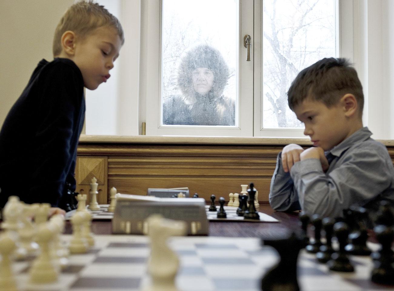 Participantes en una partida de la 10º edicicón de la copa Grand Baby Chess en la Escuela Rusa de Ajedrez.