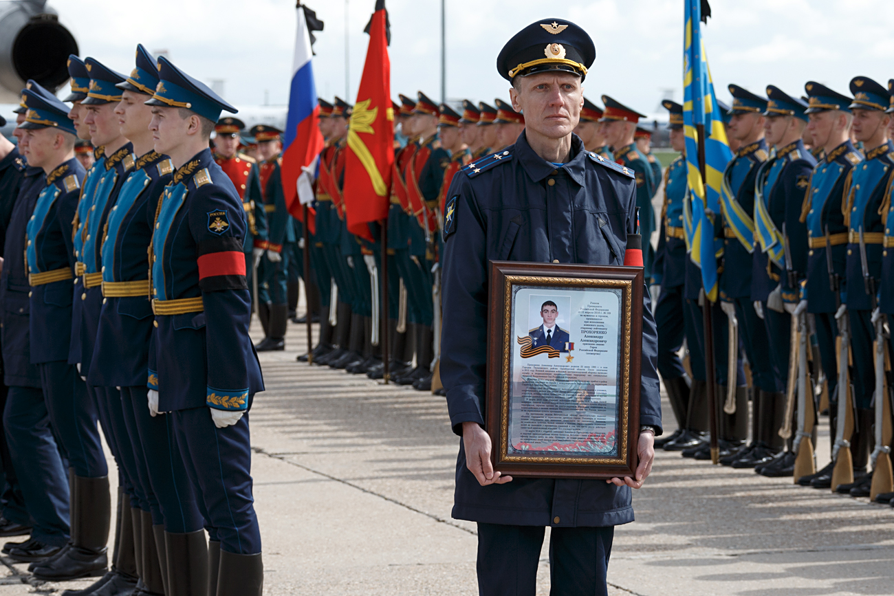 Mourning Hero of Russia Alexander Prokhorenko, a special force officer, who was killed in Syria last March 17 while performing a combat assignment. The ceremony takes place on the Chkalovsky aerodrome before the body's shipment to the Orenburg Region, the birthplace of Alexander Prokhorenko.