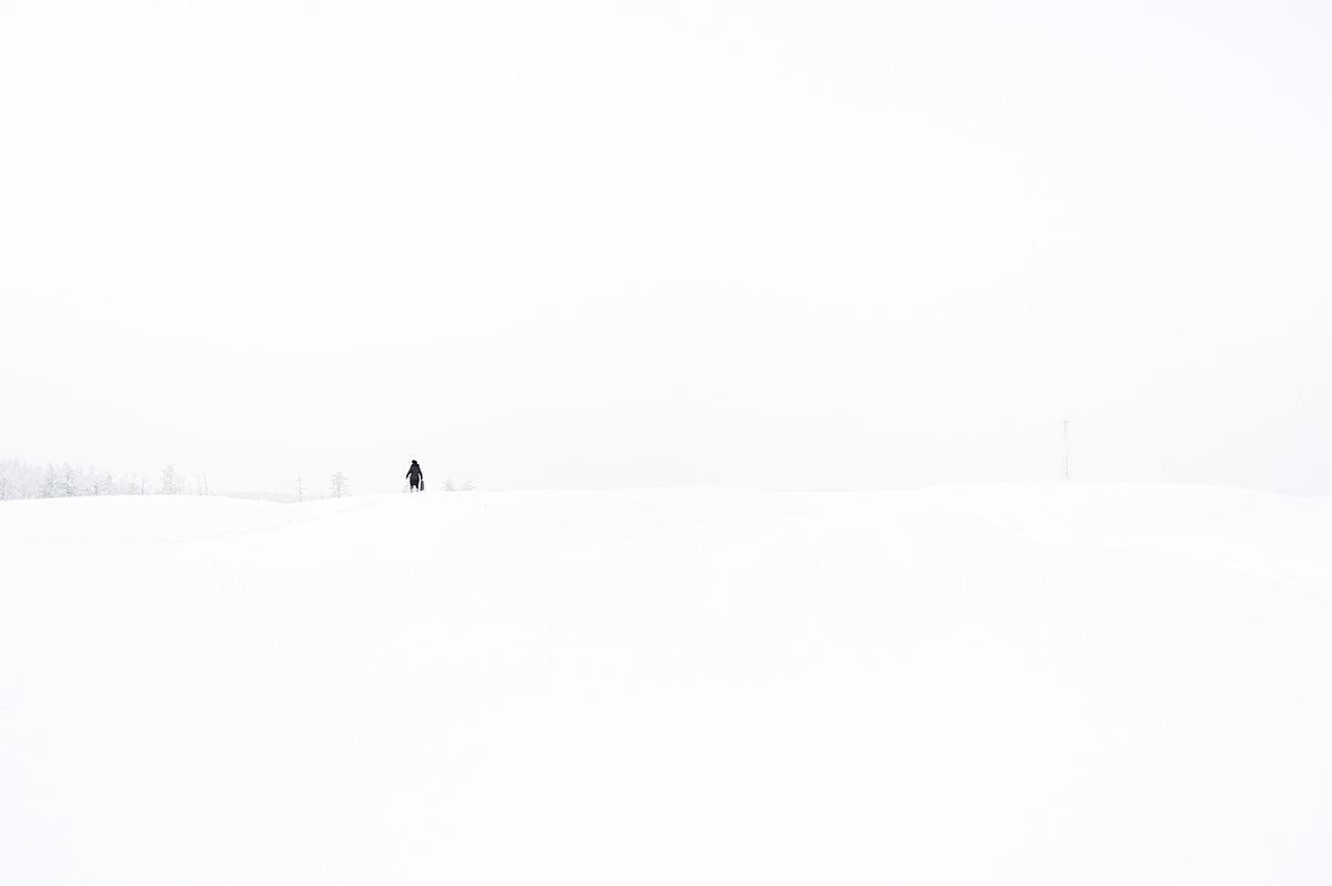 """La fotografa russa Ayar Kuo è nata in un piccolo villaggio della Yakutia. Questa serie fotografica intitolata """"Il periodo più bello dell'anno"""" non è altro che il riflesso dei suoi ricordi da bambina in uno dei luoghi più freddi del pianeta"""