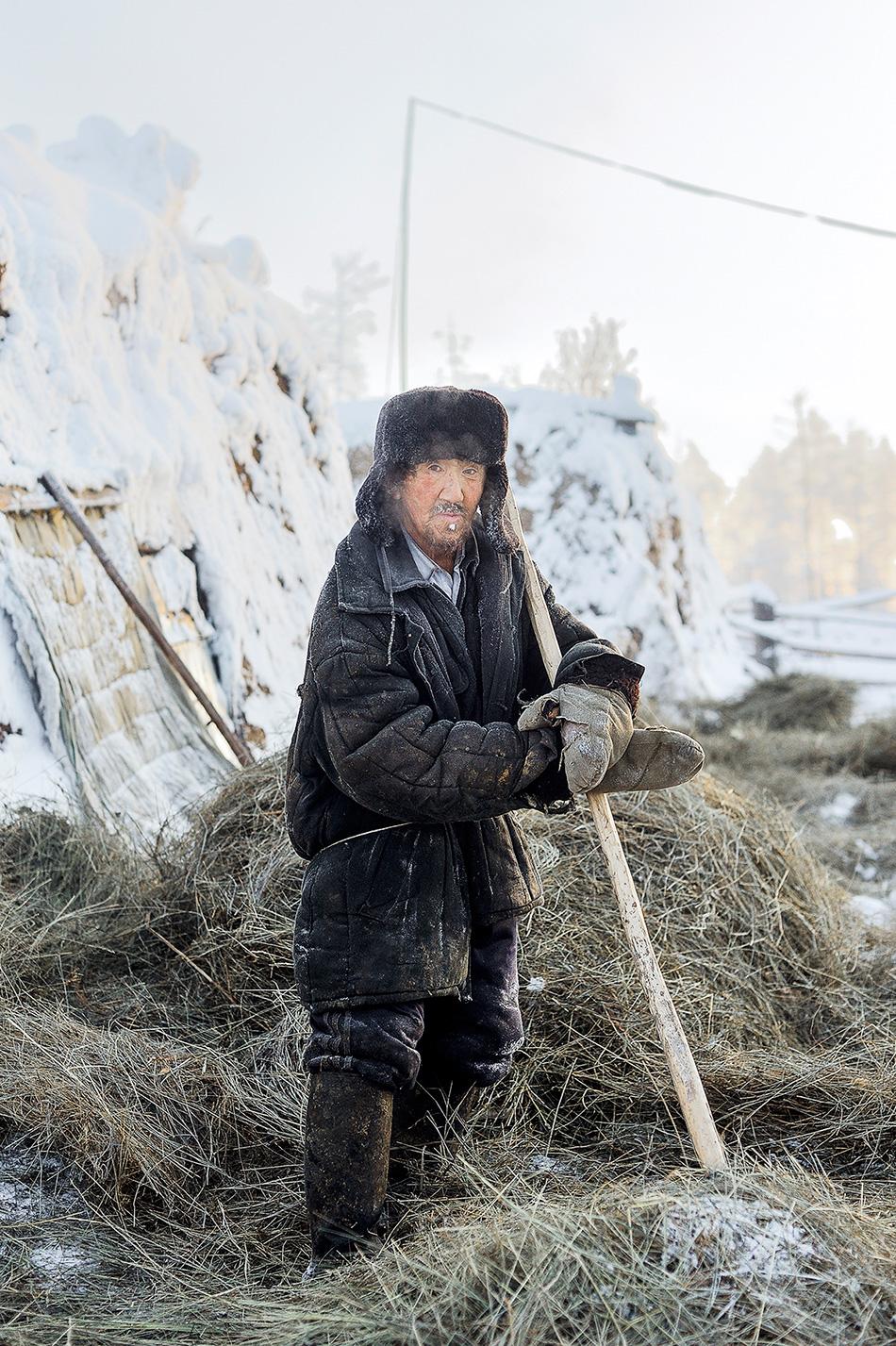Yakutsk, la capital de la región nororiental de Rusia, es la ciudad más fría del mundo en su tamaño. Junto a las orillas del río Lena la temperatura media en invierno es de -40ºC, lo que crea un manto de niebla sobre la ciudad. En los pequeños asentamientos situados alrededor las temperaturas son incluso más bajas.