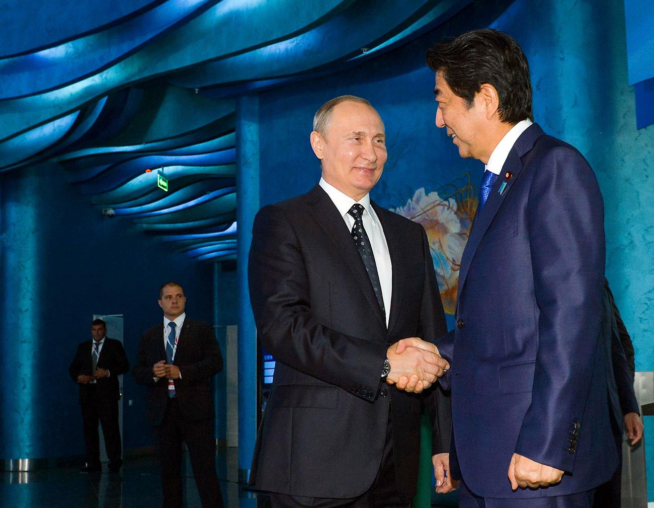 9月3日、ウラジオストク。ロシアのプーチン大統領と日本の安倍首相が、東方経済フォーラムが開催されたルースキー島にある沿海地方水族館を訪問した。=