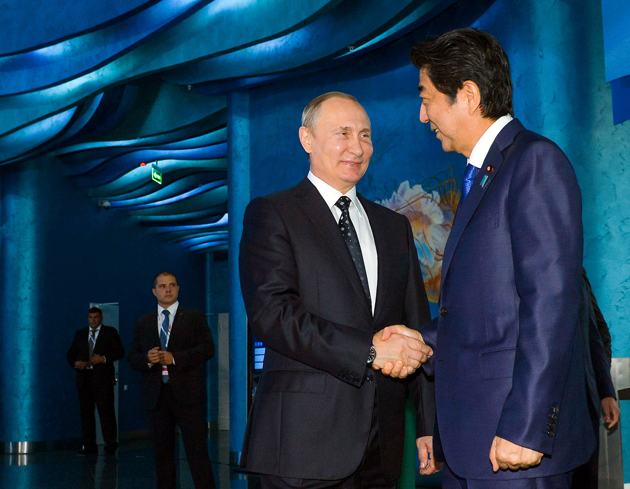 Pútin (esq.) com o premiê japonês,  Shinzo Abe (dir.).