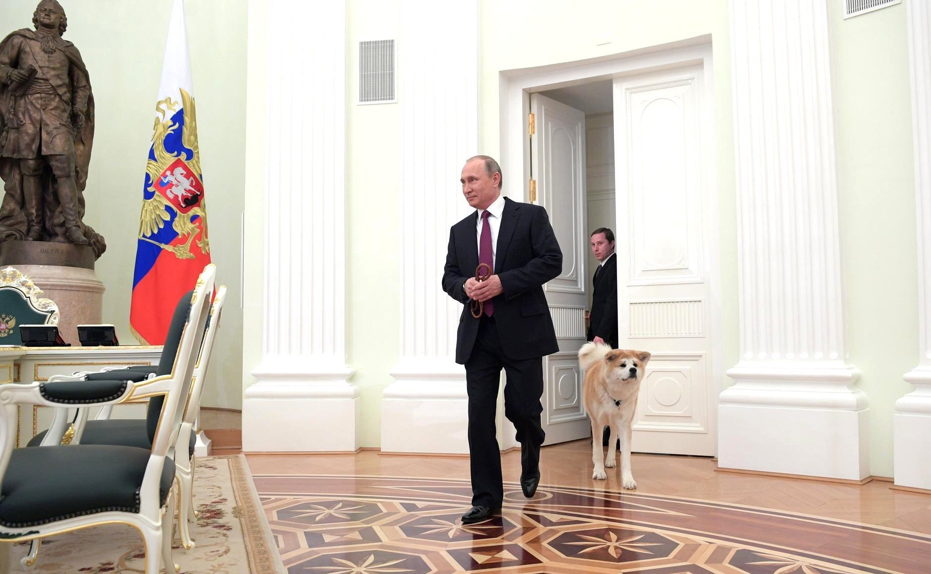 Presiden Rusia Vladimir Putin didampingi Yume, anjing Akita pemberian Jepang, saat menemui wartawan Jepang di Kremlin, Moskow.