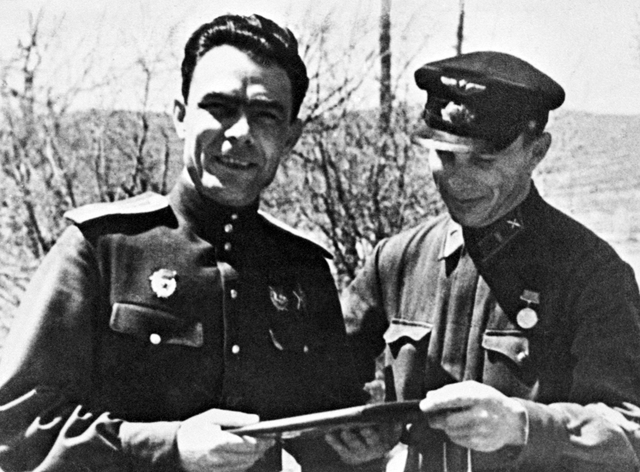 Great Patriotic war. Head of the political department of the 18th army Leonid Brezhnev (L) has a conversation with a comrade at Malaya Zemlya near Novorossiysk on June 1, 1943. Source: TASS