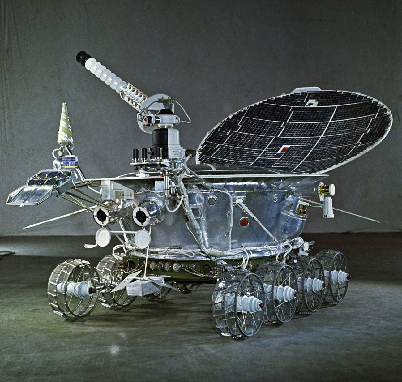 Lunojod-1, llegó a la superficie de la Luna el 17 de noviembre de 1970, y pasó más de diez meses terrestres operando en ella.\n