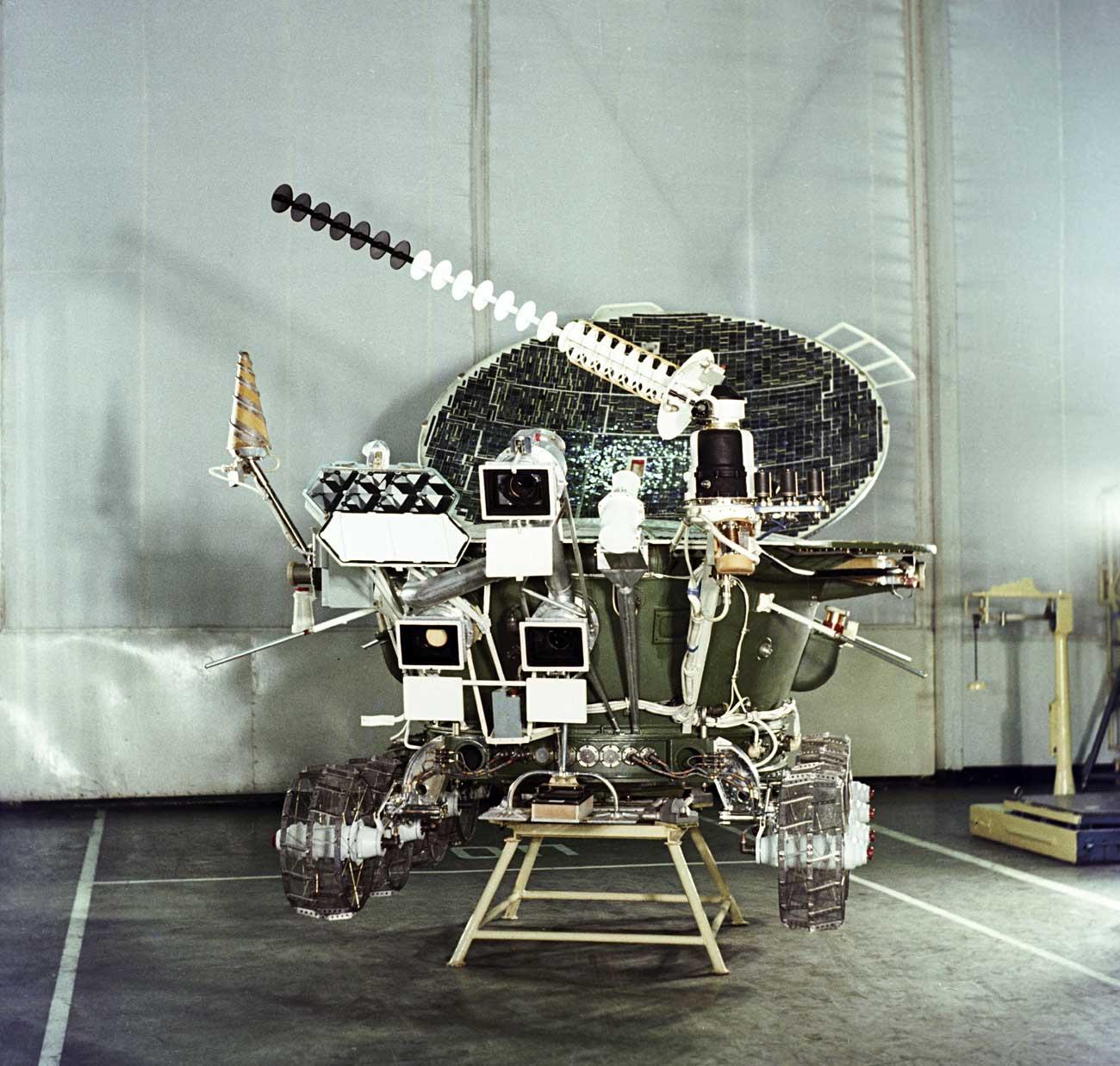 Lunojod-2,llegó a la Luna el 15 de enero de 1973. Funcionó durante cuatro meses y medio, pero cayó tierra de la Luna sobre su panel solar y las baterías del aparto dejaron de recargarse.\n
