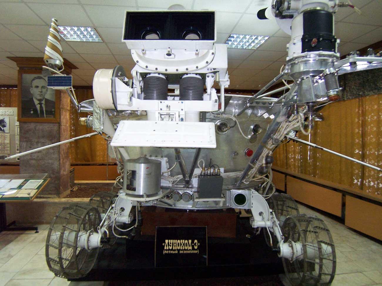 Lunojod-3, se planeaba enviarlo a la Luna en 1977, pero se canceló la expedición. Se encuentra en el Museo de la sociedad científica NPO Lavochkin. Estos aparatos se convertirán en un paso más hacia la creación de una base en la Luna. El diseño del nuevo aparato espacial costará unos 300.000 dólares.\n