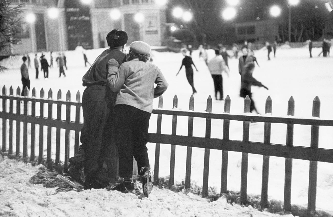 Una coppia davanti alla pista di pattinaggio sul ghiaccio al Parco Gorkij di Mosca.