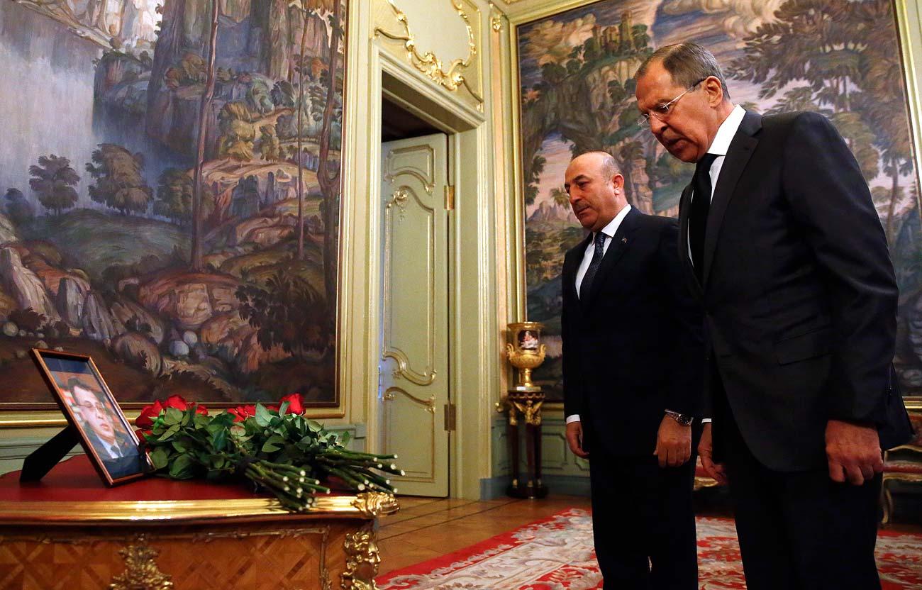 Руският външен министър Сергей Лавров (вдясно) и турският му колега Мевлют Чавушоглу на церемония в памет на убития руски посланик в Турция Андрей Карлов преди разговорите им в Москва, Русия.