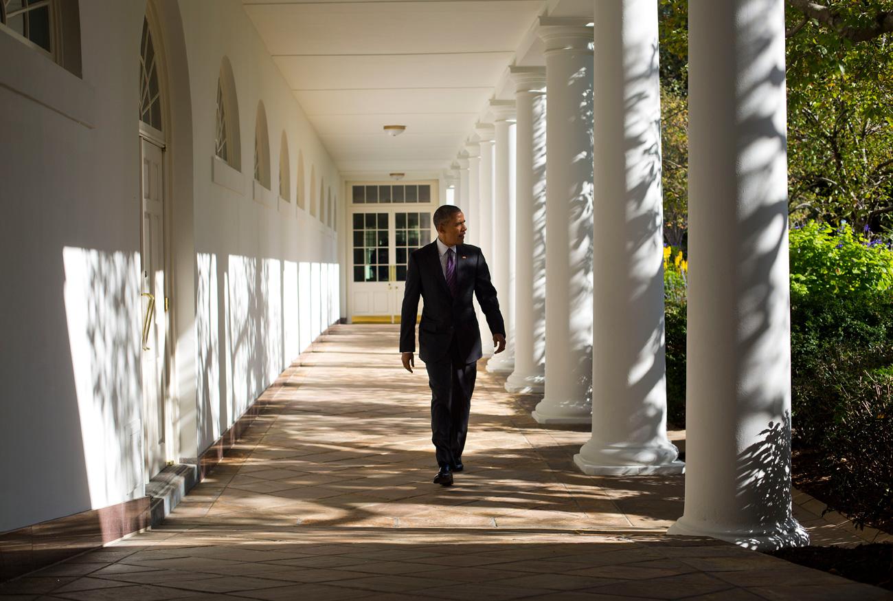 Presiden Barack Obama berjalan menyusuri Gedung Putih dari kediaman utama ke Ruang Oval, Selasa, 8 November, 2016, di Washington.