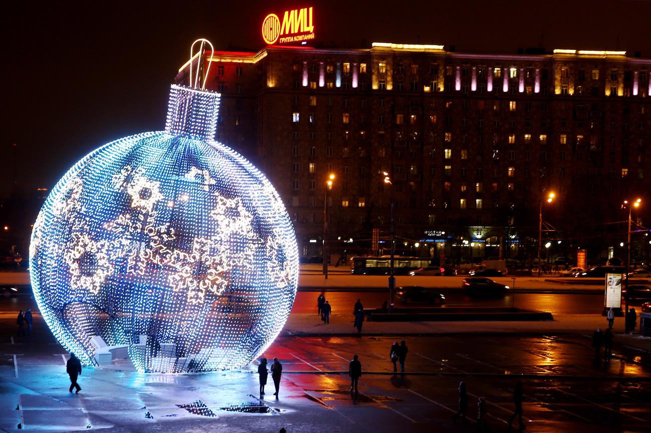 """Огромен лампион во близина на метро станицата """"Паркот на Победата""""."""