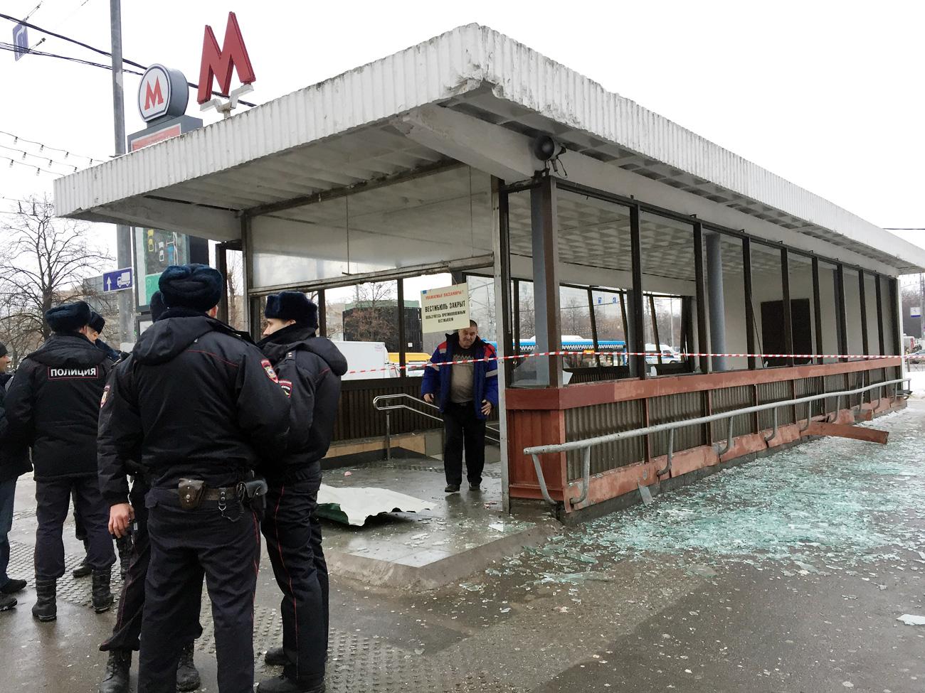 Para polisi berjaga di dekat pintu masuk stasiun kereta bawah tanah Kolomeskaya.