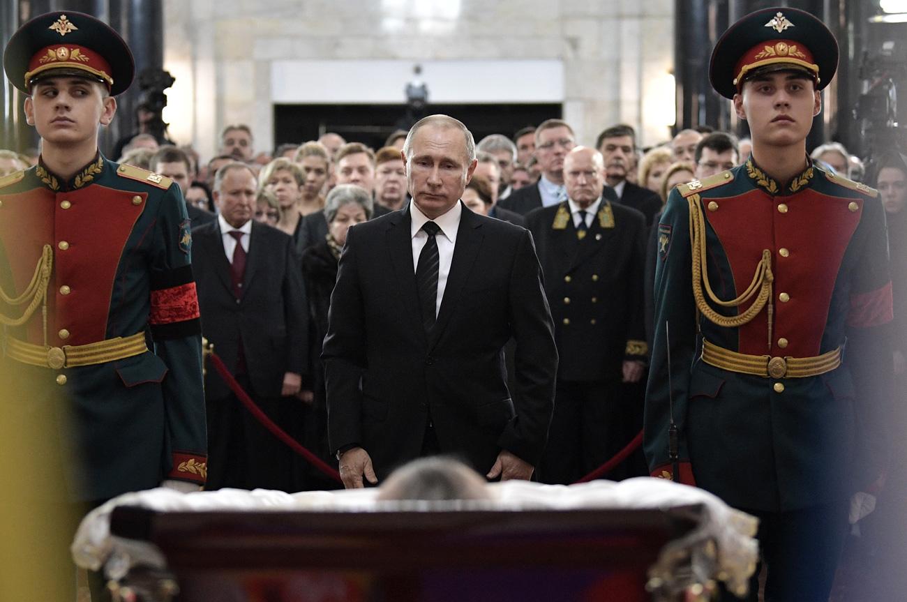 Претседателот на Русија Владимир Путин на прошталната церемонија со рускиот амбасадор во Турција Андреј Карлов во седиштето на Министерството за надворешни работи на Русија. 22 декември, 2016. Москва, Русија.