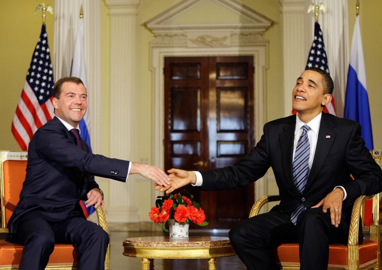 Il 44esimo Presidente Usa Barack Obama, a destra, stringe la mano all'allora Presidente russo Dmitrij Medvedev durante il G20 di Londra, aprile 2009.
