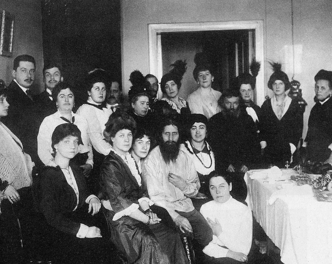 Rasputin dan para pengagumnya, 1914.