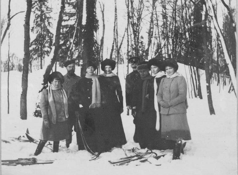 Nikolai II with his daughters and sister, Olga (3rd from the left), an officer, and a lady-in-waiting with skis in Imperial residence Tsarskoye Selo.